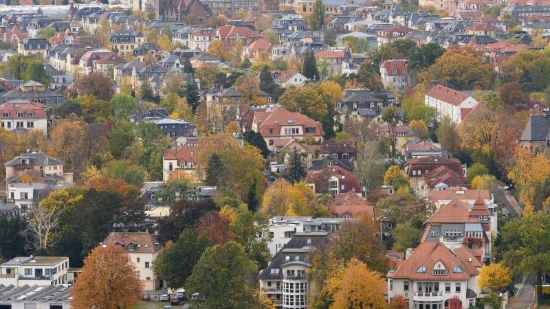 Wohnhäuser im Dresdner Stadtteil Blasewitz. Eigenheime in Deutschland haben sich in der Corona-Krise massiv verteuert. Foto: Sebastian Kahnert/dpa-Zentralbild/dpa