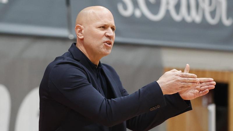 Trainer Denis Wucherer von Würzburg gestikuliert am Spielfeldrand. Foto: Heiko Becker/HMB Media/POOL/dpa