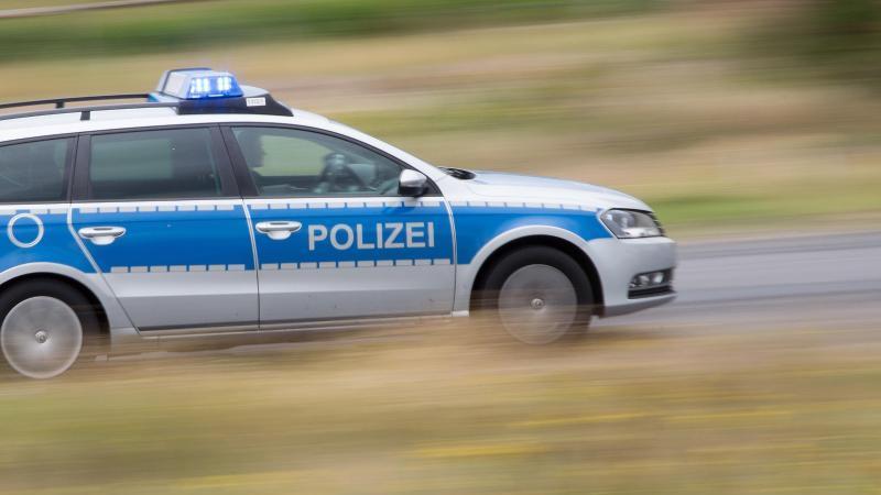 Ein Streifenwagen fährt mit Blaulicht über eine Straße. Foto: Friso Gentsch/dpa/Symbolbild