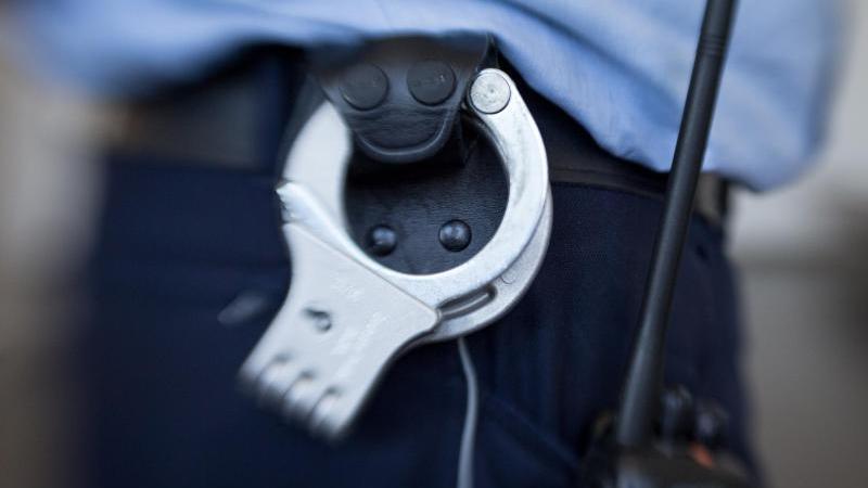 Handschellen hängen am Gürtel eines Justizbeamten. Foto: Friso Gentsch/dpa/Symbolbild