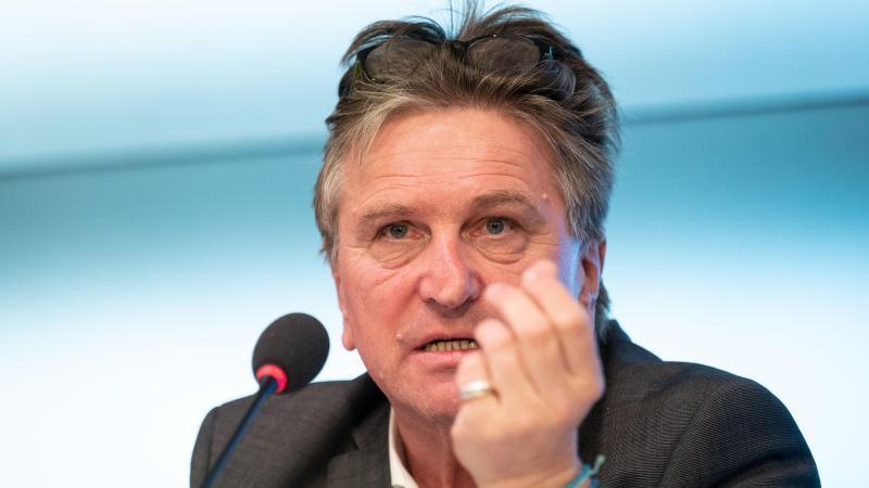 Manfred Lucha nimmt an einer Pressekonferenz teil. Foto: Marijan Murat/dpa/Archivbild