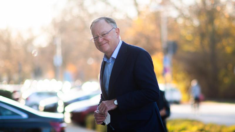 Stephan Weil (SPD), Ministerpräsident Niedersachsen, steht vor der Staatskanzlei. Foto: Julian Stratenschulte/dpa