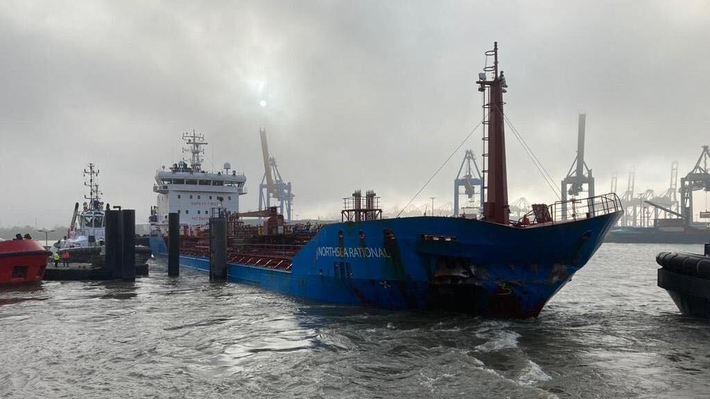 Schiff kracht in Kaimauer