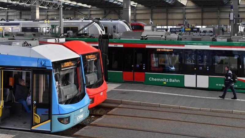Ein Straßenbahnzug (r) aus dem sogenannten Chemnitzer Modell fährt aus dem Hauptbahnhof. Foto: Hendrik Schmidt/dpa-Zentralbild/dpa/Archiv