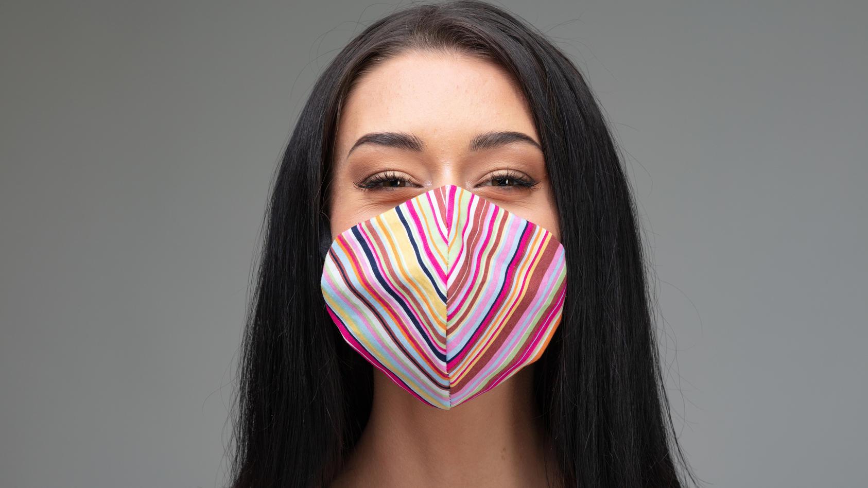 Versteckt sie ein freundliches Lachen hinter der Maske? Die Augen zeigen es!