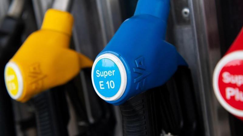 Zapfpistolen für verschiedene Kraftstoffarten, darunter auch E10, hängen an einer Zapfsäule an einer Tankstelle. Die Trendwende bei den Spritpreisen verfestigt sich. Foto: Sven Hoppe/dpa