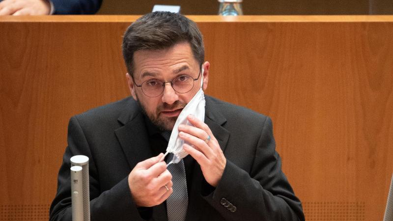 Thomas Kutschaty (r), SPD-Frtaktionsvorsitzender, spricht im Landtag. Foto: Federico Gambarini/dpa/Archiv