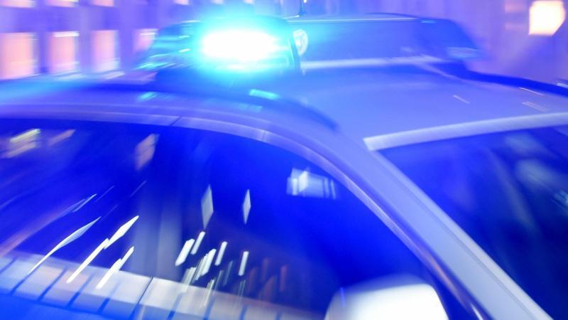 Ein Streifenwagen der Polizei steht mit eingeschaltetem Blaulicht. Foto: Carsten Rehder/dpa/Archiv