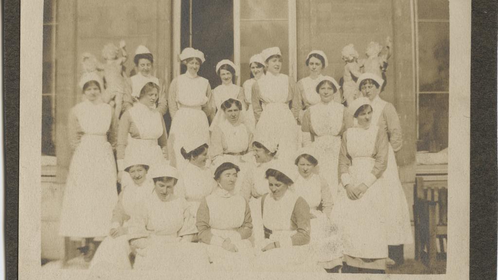 Eine schwarz-weiße Gruppenfotografie der Krankenschwestern.