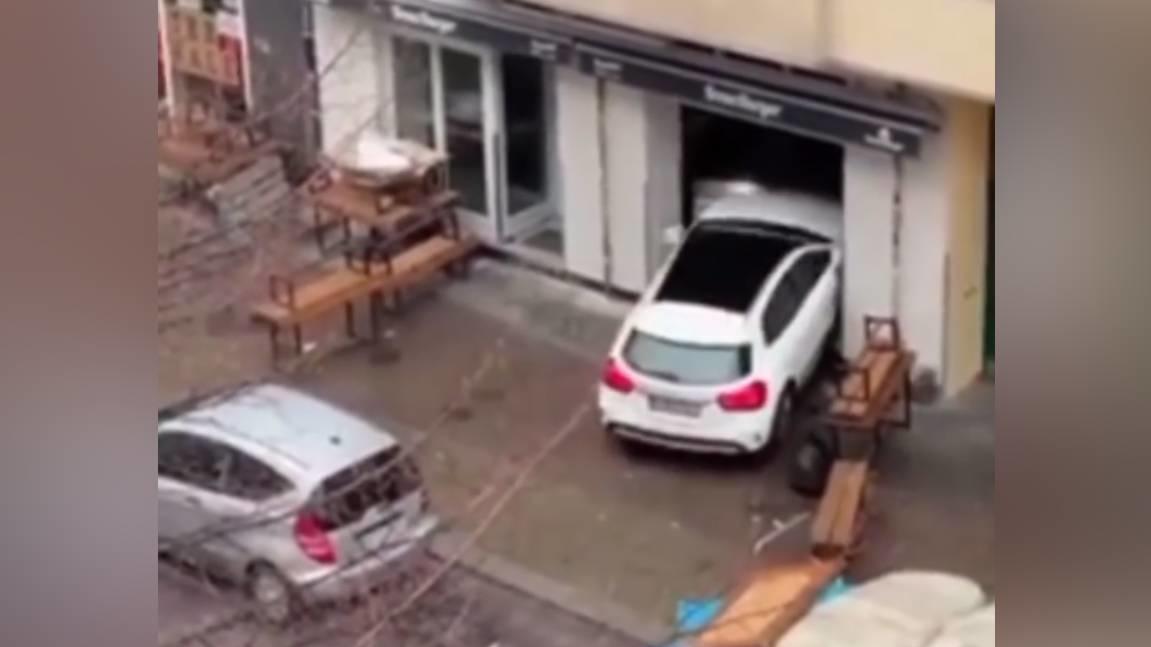 Ein Mann (53) ist mit einem Mercedes am Sonntag mehrmals in die Scheibe eines Burgerladens in Berlin-Friedrichshain gefahren.