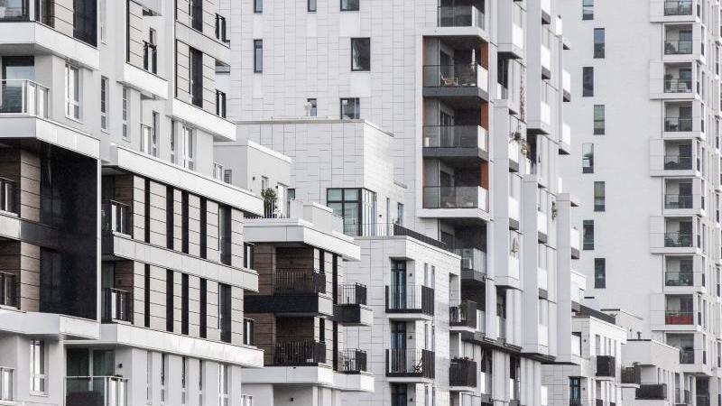Blick in eine Straße mit Wohnhäusern. Foto: Marcel Kusch/dpa/Archivbild