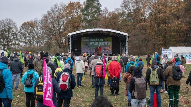 Gegnerinnen und Gegner der A49 nehmen am Dannenröder Forst an einer Kundgebung teil. Foto: Silas Stein/dpa/Archivbild