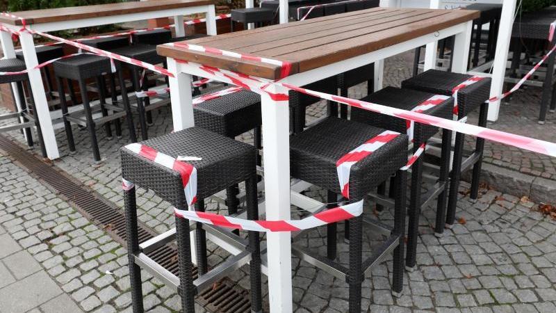 Mit Flatterband bleiben auch zukünftig die gastronomischen Angebote des Landes abgesperrt. Foto: Bernd Wüstneck/dpa-Zentralbild/dpa