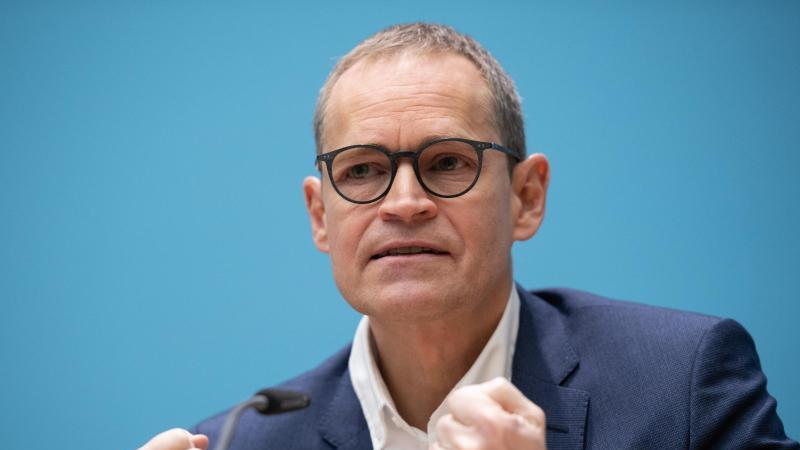 Michael Müller (SPD), Berlins Regierender Bürgermeister, spricht . Foto: Christophe Gateau/dpa
