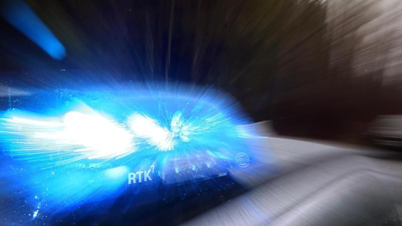 Ein Streifenwagen mit Blaulicht. Foto: Karl-Josef Hildenbrand/dpa