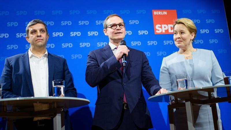 Raed Saleh (l-r), Fraktionsvorsitzender der SPD im Abgeordnetenhaus Berlin, Michael Müller (SPD), Regierender Bürgermeister von Berlin, Franziska Giffey (SPD), Bundesministerin für Familie, Senioren, Frauen und Jugend, sprechen auf einer gemeinsamen Press
