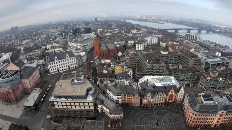 Blick über die Stadt Mainz vom Dom aus mit einer Fischaugen-Optik. Mainz hat im Ranking deutscher Großstädte bei der Wirtschaftskraft einer Studie zufolge deutlich an Boden gut gemacht. Foto: Fredrik von Erichsen/dpa