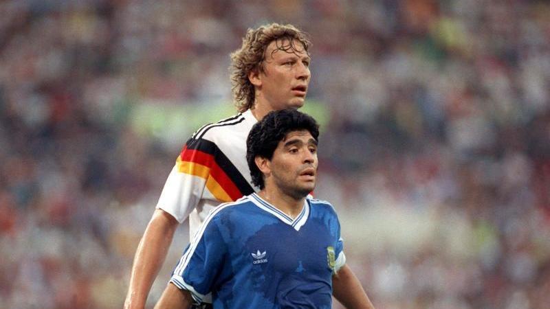 Der deutsche Abwehrspieler Guido Buchwald (h) deckt Diego Maradona im WM-Finale. Foto: picture alliance / dpa/Archivbild