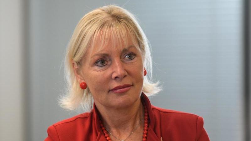 Prof. Dr. Kristina Sinemus, Digitalisierungsministerin von Hessen, sitzt bei einer Videokonferenz. Foto: Andreas Arnold/dpa/Archivbild