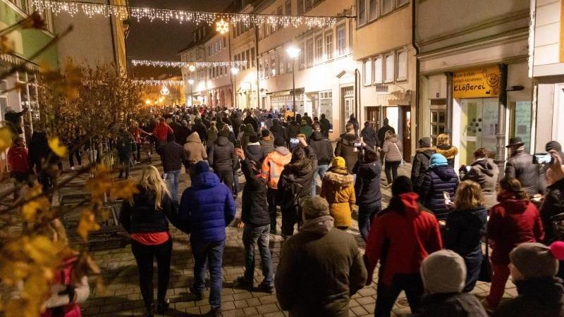 Demonstranten laufen durch die Innenstadt von Hildburghausen. Foto: Steffen Ittig/NEWS5/dpa