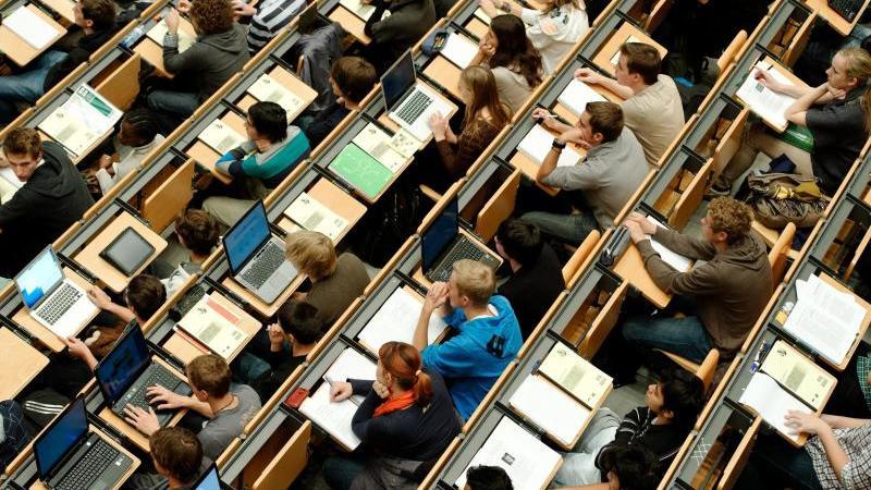 Studierende sitzen in einem Hörsaal. Foto: Peter Kneffel/dpa/Symbolbild