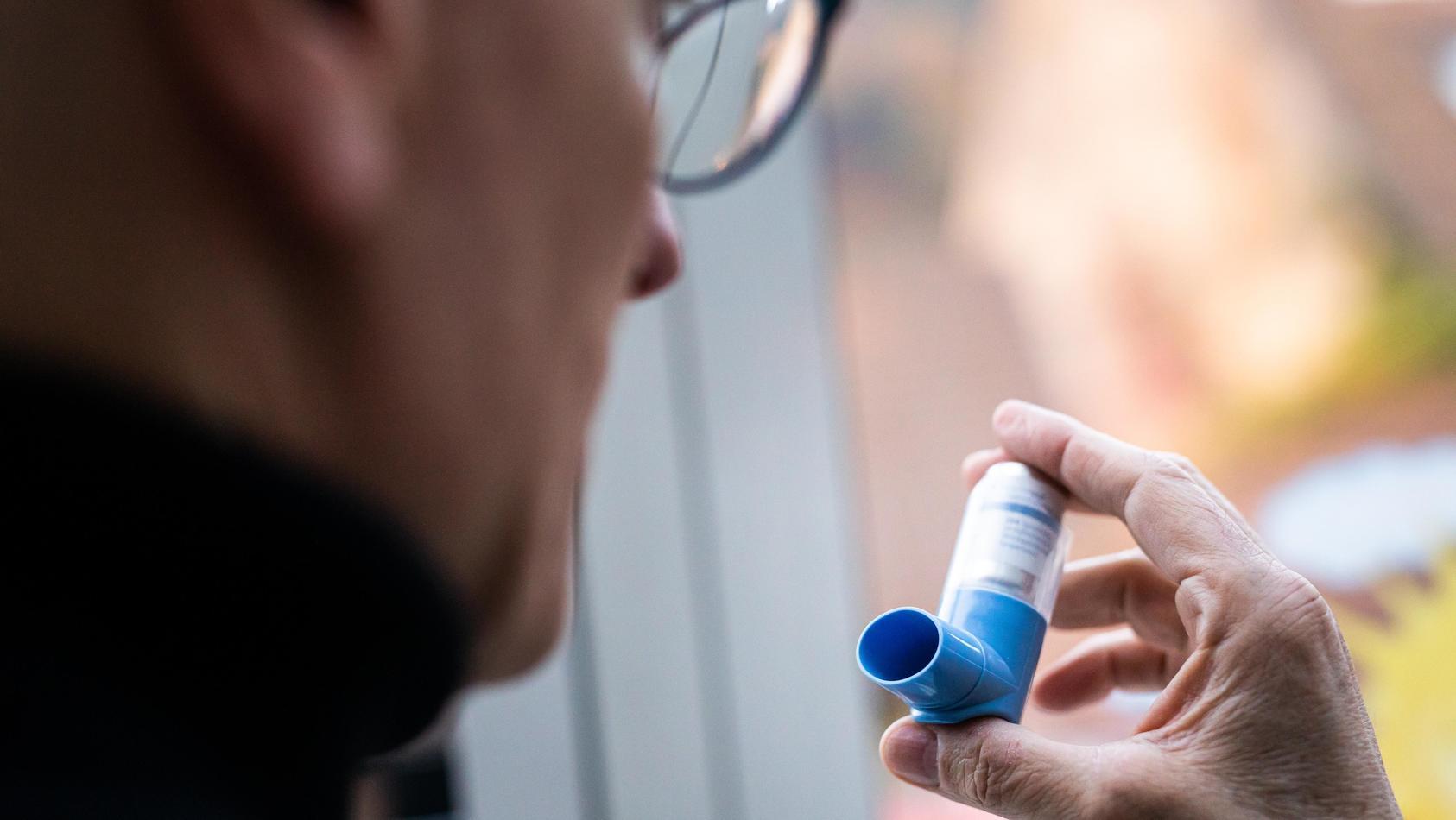 Laut der Deutschen Gesellschaft für Pneumologie und Beatmungsmedizin sind Patienten mit chronischem Asthma nicht von einem erhöhten Risiko betroffen, einen schweren Krankheitsverlauf bei einer Corona-Infektion zu erleiden.