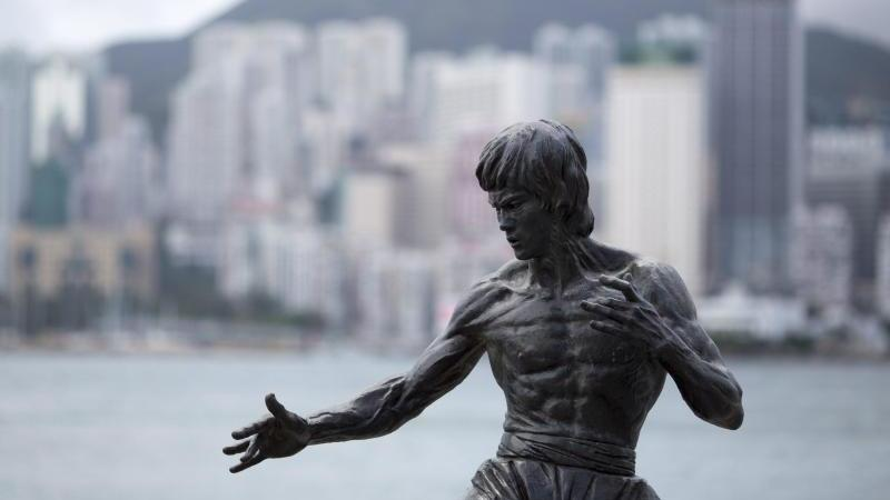 Eine Statue erinnert in Hongkong an Bruce Lee. Foto: Jerome Favre/EPA/dpa