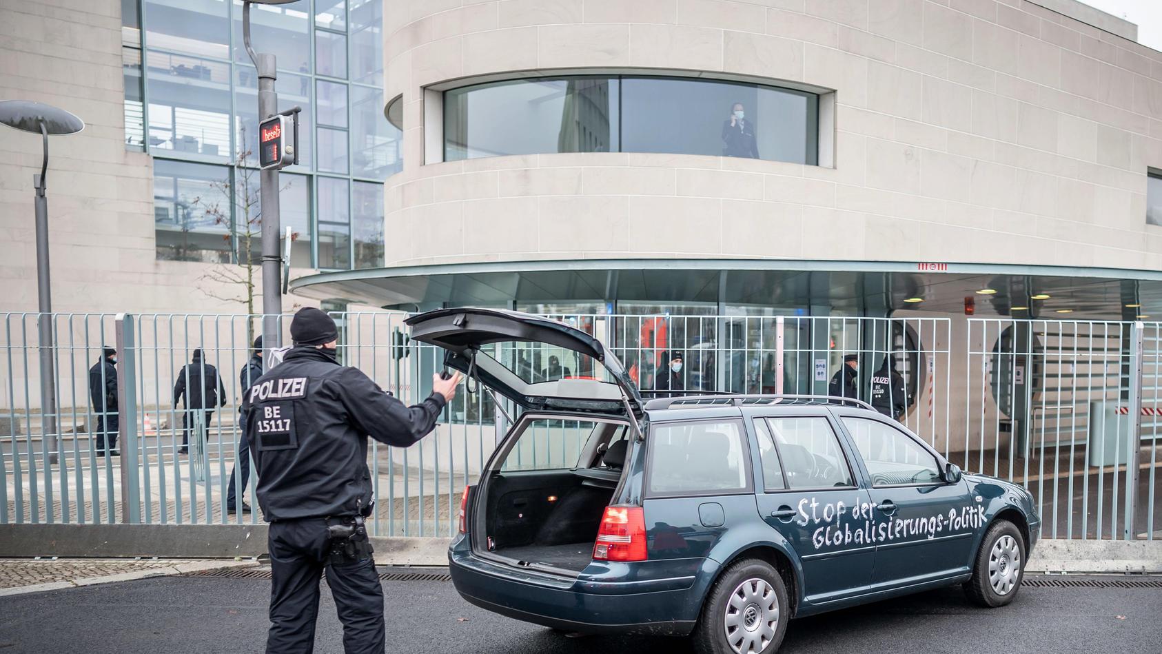 Auto mit Protest-Botschaft rammt Tor zum Kanzleramt