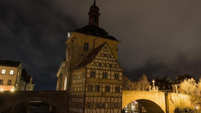 Das Alte Rathaus in Bamberg ist bei Nacht zu sehen. Foto: Nicolas Armer/dpa/Archivbild