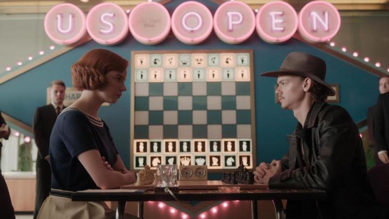 Zug um Zug:Beth Harmon (Anya Taylor-Joy)fordert Benny Watts (Thomas Brodie-Sangster)heraus. Foto: Netflix/dpa