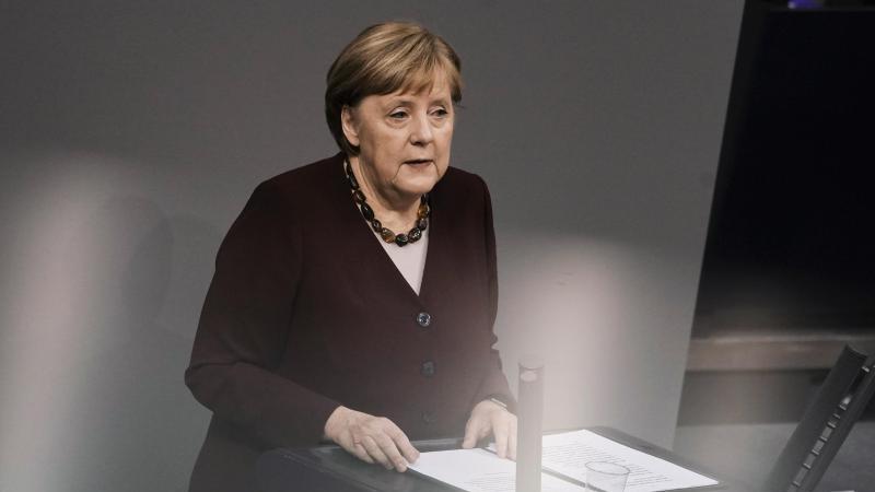 Bundeskanzlerin Angela Merkel gibt im Bundestag eine Regierungserklärung zur Bewältigung der Pandemie ab. Foto: Kay Nietfeld/dpa