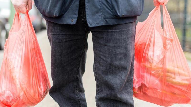 In Supermärkten gibt es bald kaum mehr Einkaufstüten aus Plastik. Foto: Sebastian Gollnow/dpa