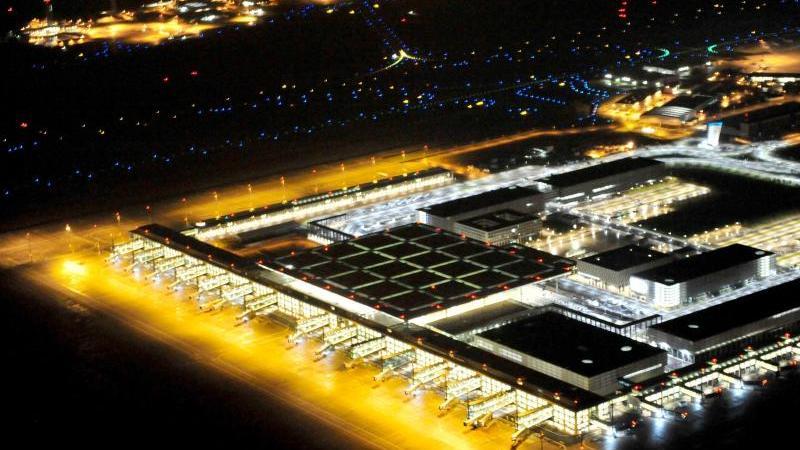 Blick bei Nacht auf das beleuchtete Terminal und die Rollflächen des Flughafens BER. Foto: picture alliance/dpa/Archivbild