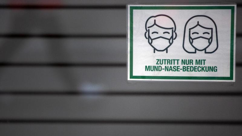 """Ein Schild mit der Aufschrift """"Zutritt nur mit Mund-Nase-Bedeckung"""" in Düsseldorf. Foto: Federico Gambarini/dpa"""