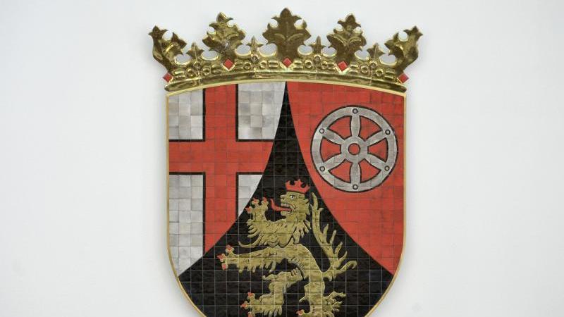 Das Wappen des Bundeslandes Rheinland-Pfalz ist zu sehen. Foto: Fredrik von Erichsen/dpa/Symbolbild