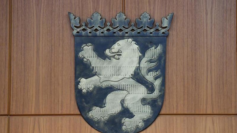 Ein Wappen mit dem Hessen-Löwen ist in einem Gerichtssaal des Frankfurter Landgerichts an der Wand befestigt. Foto: Arne Dedert/dpa/Symbolbild