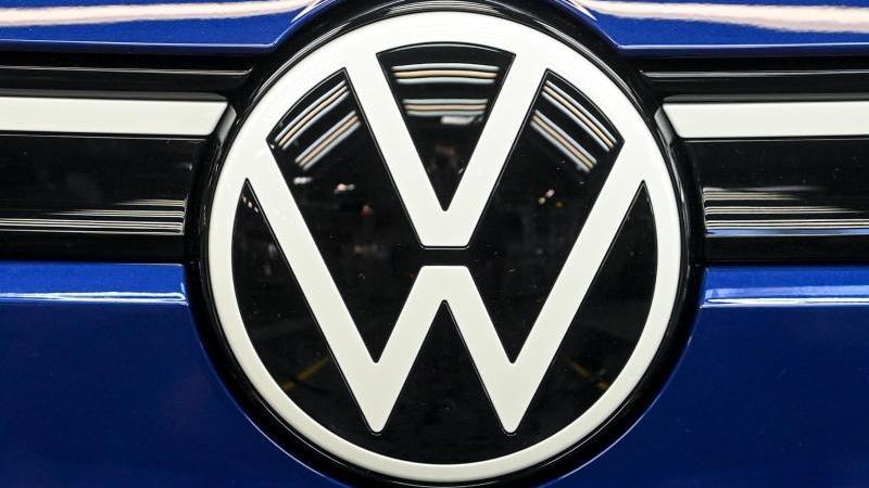 Das Volkswagen-Logo. Foto: Hendrik Schmidt/dpa-Zentralbild/dpa/Archivbild