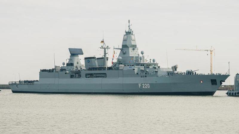 """Die Fregatte """"Hamburg"""" kontrollierte ein türkisches Schiff, welches im Verdacht steht, illegale Waffenlieferungen zu transportieren. Foto: Mohssen Assanimoghaddam/dpa"""