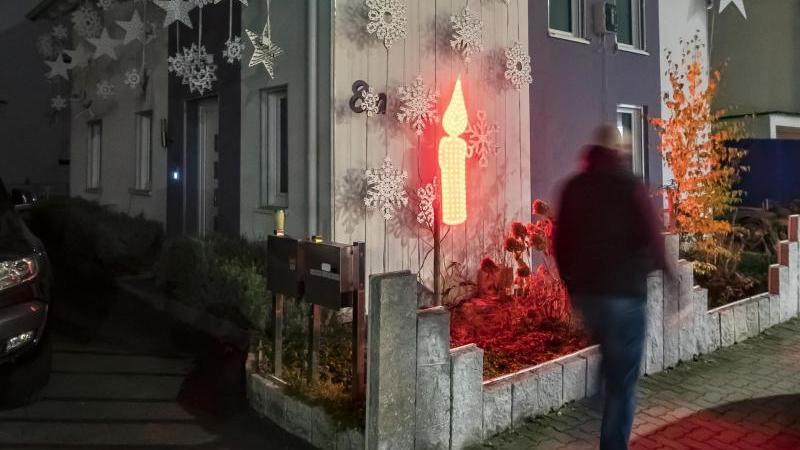 Am Haus von Thorsten Grüger ist von ihm eine rot leuchtende LED Kerze angebracht. Foto: Uli Deck/dpa