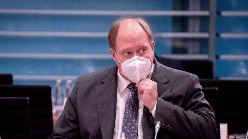 Kanzleramtschef Helge Braun appelliert an die Bürger, die persönlichen Kontakte zu reduzieren. Foto: Kay Nietfeld/dpa