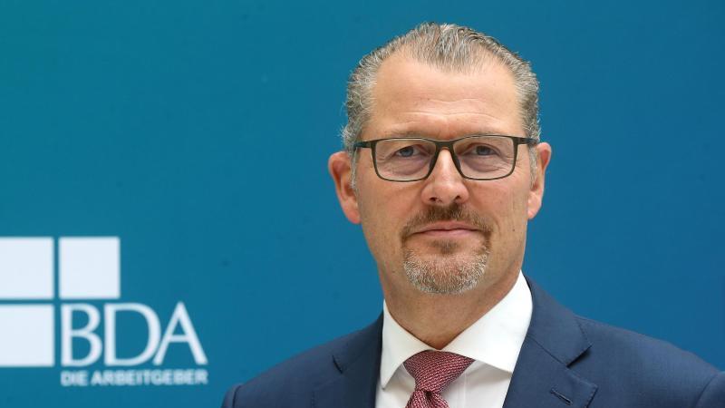 Rainer Dulger steht nach seiner Wahl im Atrium der BDA. Foto: Wolfgang Kumm/dpa