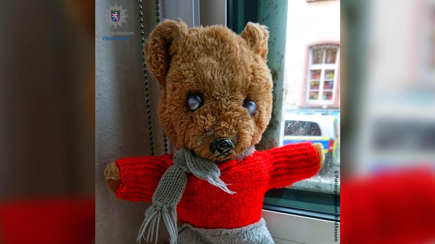 Mit diesem Foto ist die Polizei in Wiesbaden auf der Suche nach dem Teddybären.