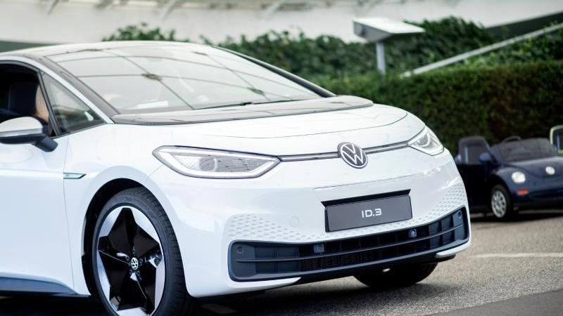 Ein VW ID.3 bei einem Pressetermin zur Auslieferung der ersten Volkswagen-Elektroautos. Foto: Hauke-Christian Dittrich/dpa