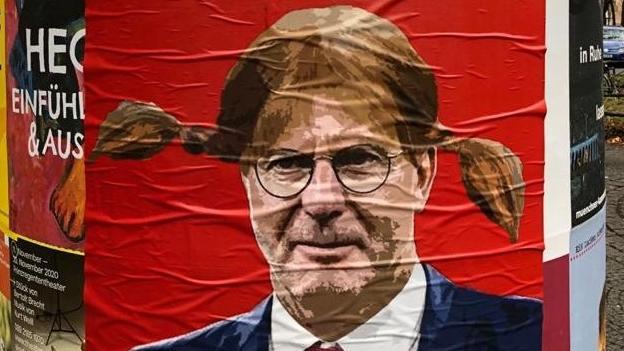 Karl-Heinz Rummenigge wird von den Fans auf Plakaten verspottet.