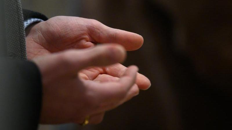 Ein Mann betet während eines Gottesdienstes. Foto: Sebastian Gollnow/dpa/Symbolbild