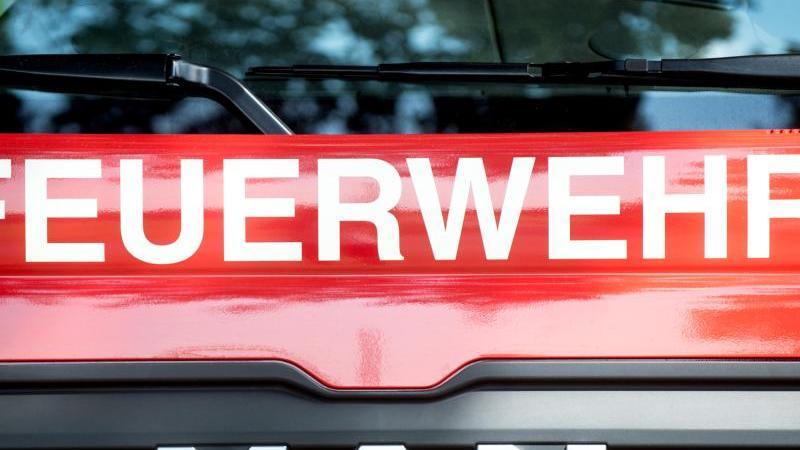 Blick auf ein Löschfahrzeug der Feuerwehr. Foto: Hauke-Christian Dittrich/dpa/Symbolbild/Archiv