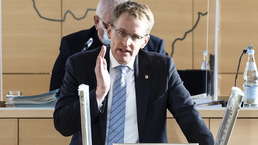 ARCHIV - 29.10.2020, Schleswig-Holstein, Kiel: Daniel Günther (CDU), Ministerpräsident von Schleswig-Holstein, spricht im Landtag. Bei den Gesprächen mit Bund und Ländern über weitere Corona-Schutzmaßnahmen setzt sich Günther dafür ein, in Abhängigke