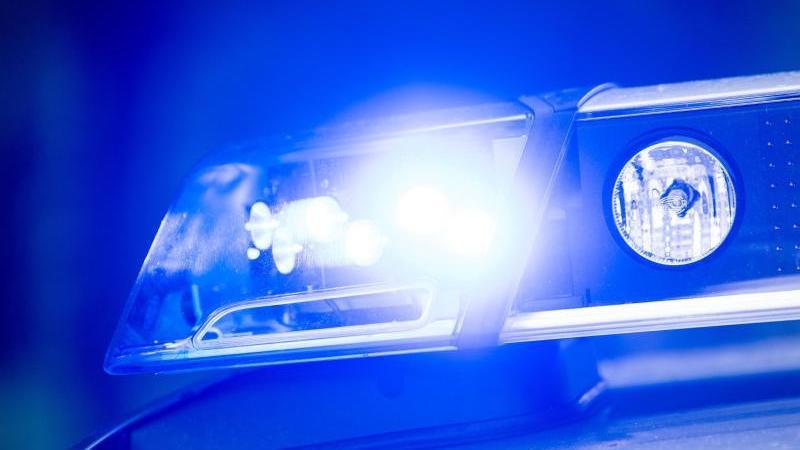 Ein Blaulicht leuchtet auf einemStreifenwagen. Foto: Lino Mirgeler/dpa/Symbolbild/Archiv