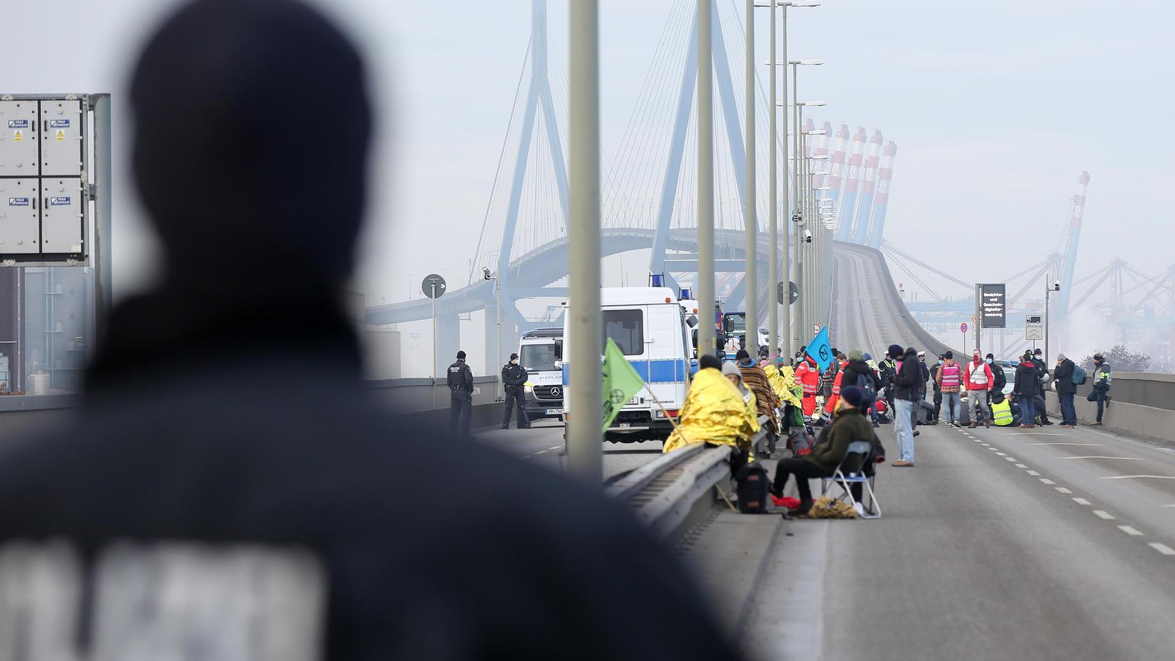 Umweltaktivisten protestieren an Autobahn - Hamburg
