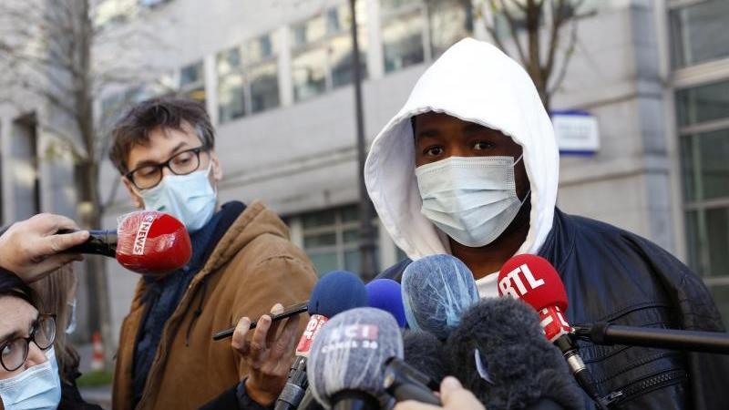 Musikproduzent Michel (r) spricht zu den Medien. Er wurde von Polizisten verprügelt. Foto: Thibault Camus/AP/dpa